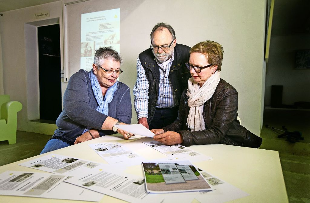 Ilona Abel-Utz, Rüdiger Noreikat und Christine Lipp-Wahl (von links) schauen nochmal über die Textentwürfe für die Stelen. Foto: Rudel