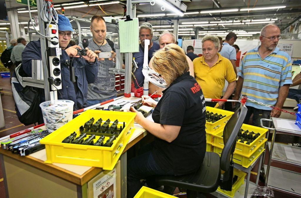 Arbeiten unter Beobachtung: die Märklin-Beschäftigten zeigen den Gästen bei den Tagen der offenen Tür wie Modellbahn geht. Foto: Rudel