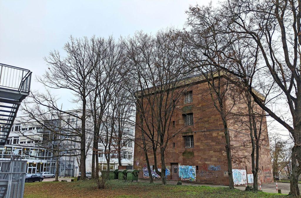 Der Bunker steht direkt bei der Cotta-Schule. Foto: Jürgen Brand