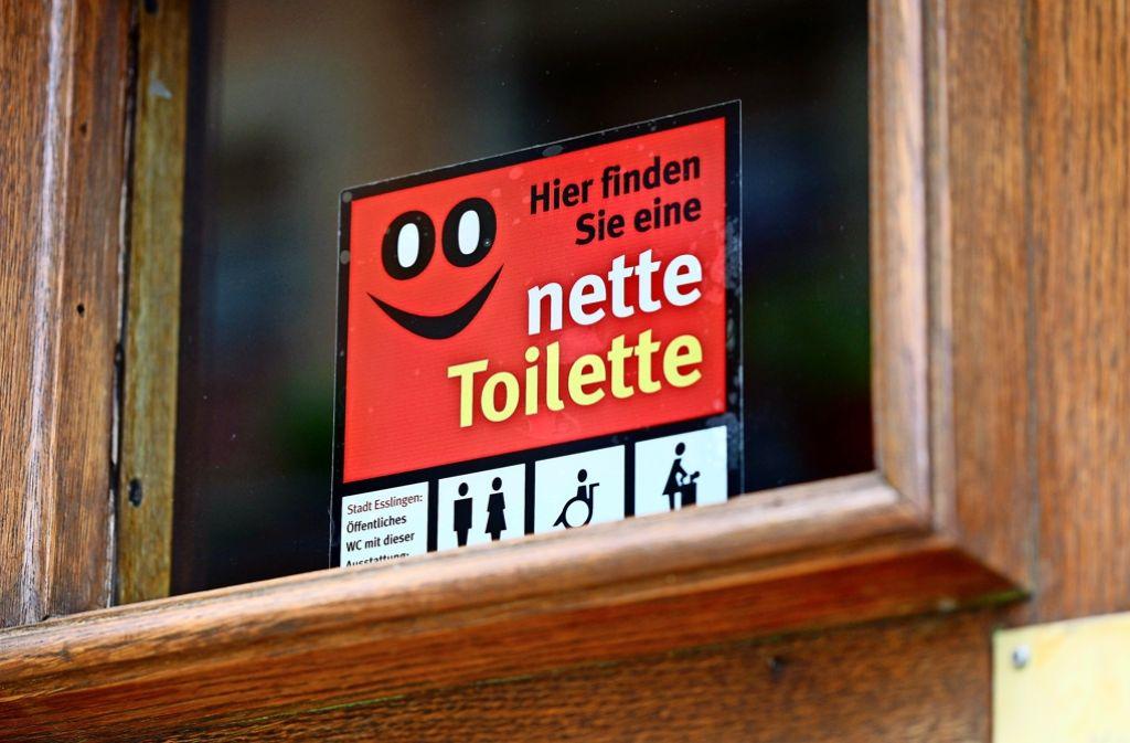 """Auch  in Esslingen gibt es    die Aktion """"nette Toilette"""".  Ein  Aufkleber mit Smiley an Geschäften oder Restaurants signalisiert: Hier darf das WC kostenlos benutzt werden. Foto: Horst Rudel"""