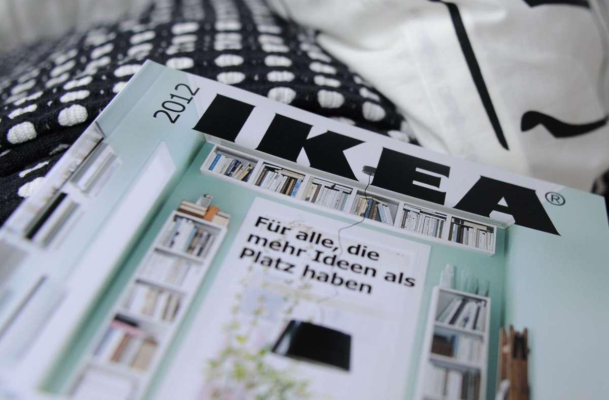 Den Ikea-Katalog gibt es jetzt als stundenlanges Hörbuch. Foto: Angelika Warmuth/dpa