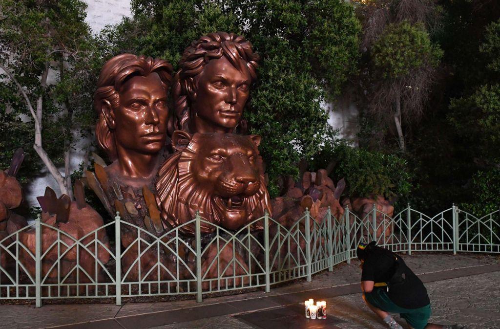 Vor der Bronze-Statue des Magier-Duos in Las Vegas stellen Fans Kerzen auf. Foto: AFP/Ethan Miller
