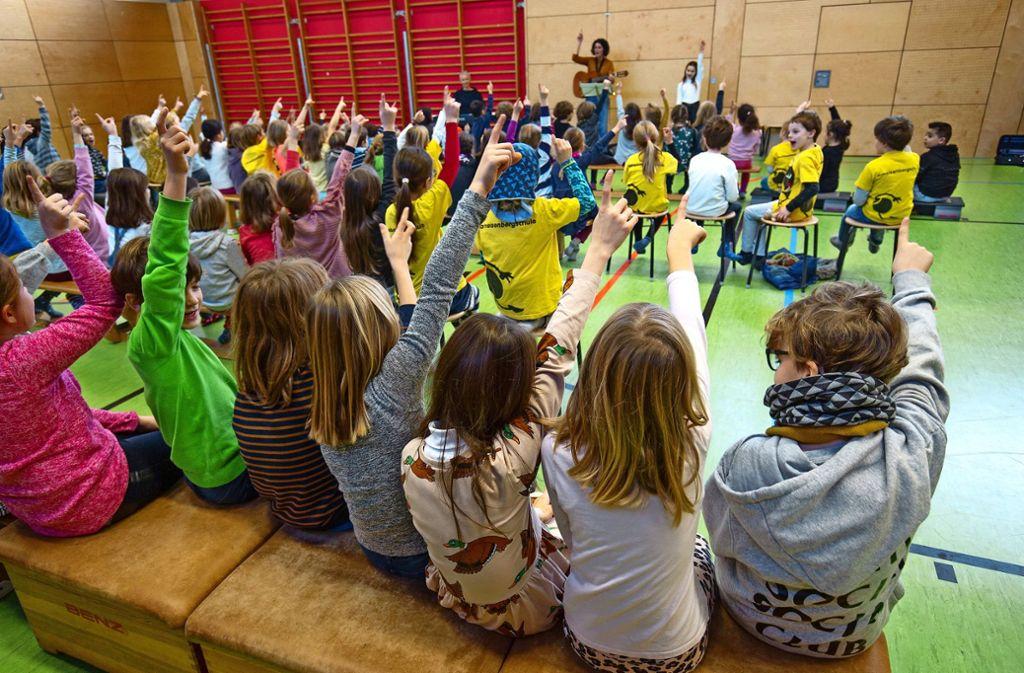 Zwei Stunden Chorprobe in den ersten beiden Stunden – und trotzdem gute Stimmung: Die Schüler der Ameisenbergschule mögen ihre Lieder. Foto: Lichtgut/Leif Piechowski