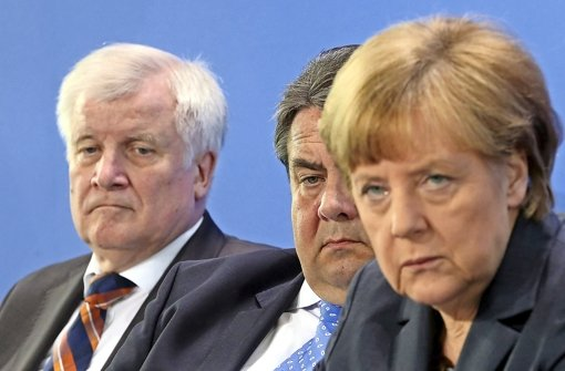 Die Koalitionäre  Seehofer, Gabriel und Merkel ( von links) sind sich nicht mehr grün. Foto: dpa
