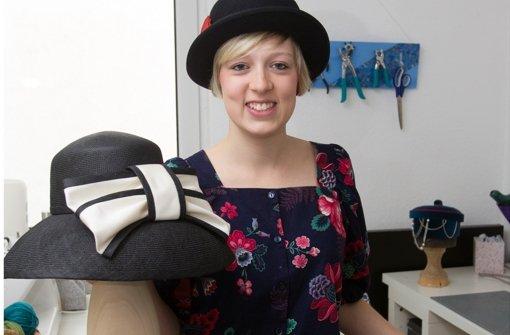 Anika Roll mit ihrem Gesellenstück, einem Strohhut à la Audrey Hepburn Foto: Christian Hass