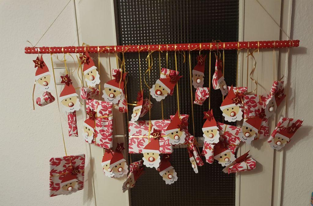 Liebevoller als einfach nur gekauft: Jedes Päckchen ist mit einem Weihnachtsmann-Motiv dekoriert. Foto: privat