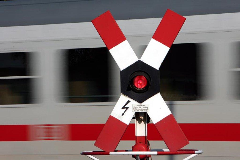 Rot heißt auch bei Bahngleisen: nicht fahren. Foto: dpa