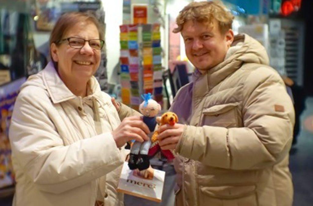 Florian Zeller gibt der Künstlerin Elke Hahn die Wollfiguren Gleen und Goldie zurück. Foto: Zeller