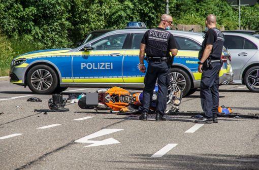 Motorradfahrer stößt mit Auto zusammen und kommt ums Leben