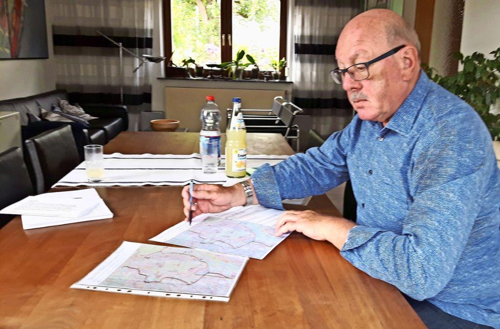 Bezirksbeirat Axel Alt  hat Pläne für eine neue Buslinie ausgetüftelt, die  Nordbahnhof und Killesberg verbinden soll Foto: Eva Funke