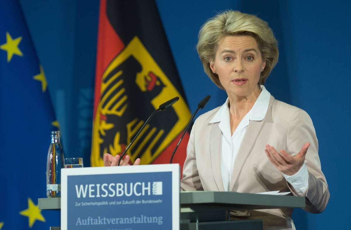 EU-Kommissionschefin Ursula von der Leyen muss sich viel Kritik an der EU-Impfstrategie entgegenstellen – es gibt sogar Rücktrittsforderungen. (Archivbild) Foto: dpa/Maurizio Gambarini