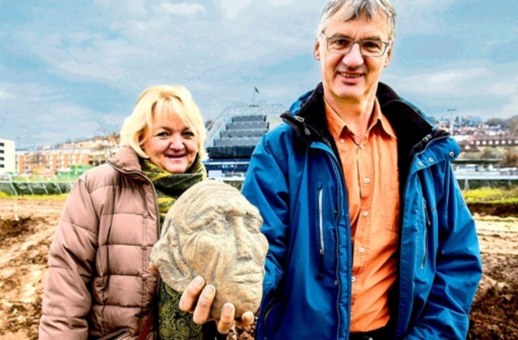 Suusanne Arnold und Andreas Lehmann zeigen ihren Fund. Foto: Achim Zweygarth