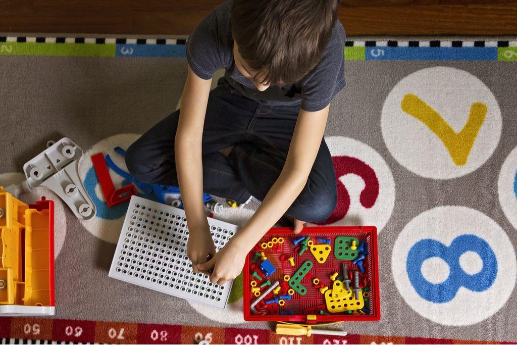Spiele für Kinder: Drinnen Spaß haben bei schlechtem Wetter oder Krankheit Foto: Veja/Shutterstock