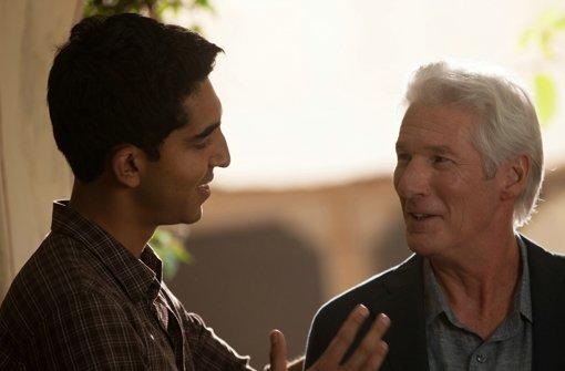 Sonny Kappoor (Dev Patel, l.) erklärt einem neuen Gast (Richard Gere) gerne die Vorzüge   seines Hotels für den letzten Lebensabschnitt. Foto: 20th Century Fox