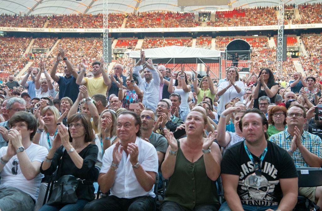 Begeisterte Fans bei Phil Collins in der Mercedes-Benz-Arena. Foto: Oliver Willikonsky