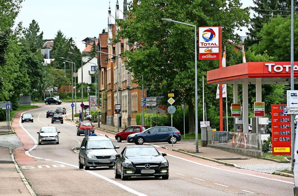 Die Baustelle beginnt auf Höhe der Tankstelle, die aber erreichbar bleibt. Foto: Horst Rudel