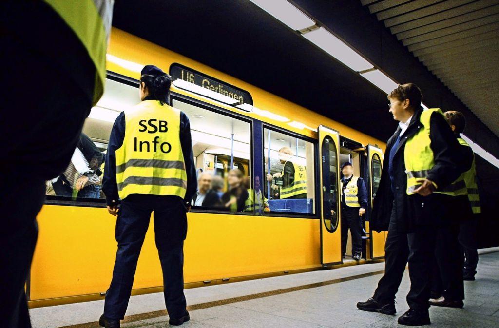 Mit  hohem Personalaufwand gehen SSB-Mitarbeiter bei Großkontrollen in die Stadtbahnen. In den Zügen haben fünf bis sieben Prozent der Passagiere kein Ticket. Foto: Steffen Honzera