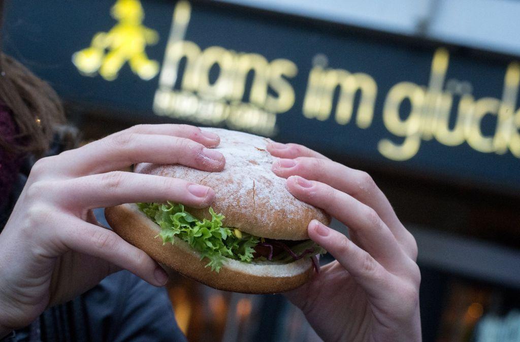 Die Burgerkette Hans im Glück wird verkauft. Foto: dpa/Matthias Balk