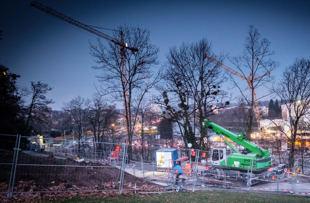 Erste Bauzäune stehen bereits am Hang unterhalb von Schloss Rosenstein. Foto: Lichtgut/Achim Zweygarth