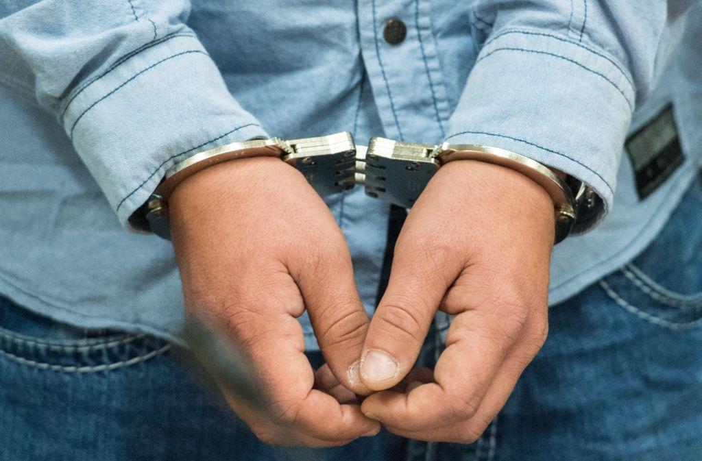 Vorläufig festgenommen wird ein 21-Jähriger in Stuttgart-Mitte, der in einem Geschäft hinter einer Kundin onanierte. Foto: dpa (Symbolbild)