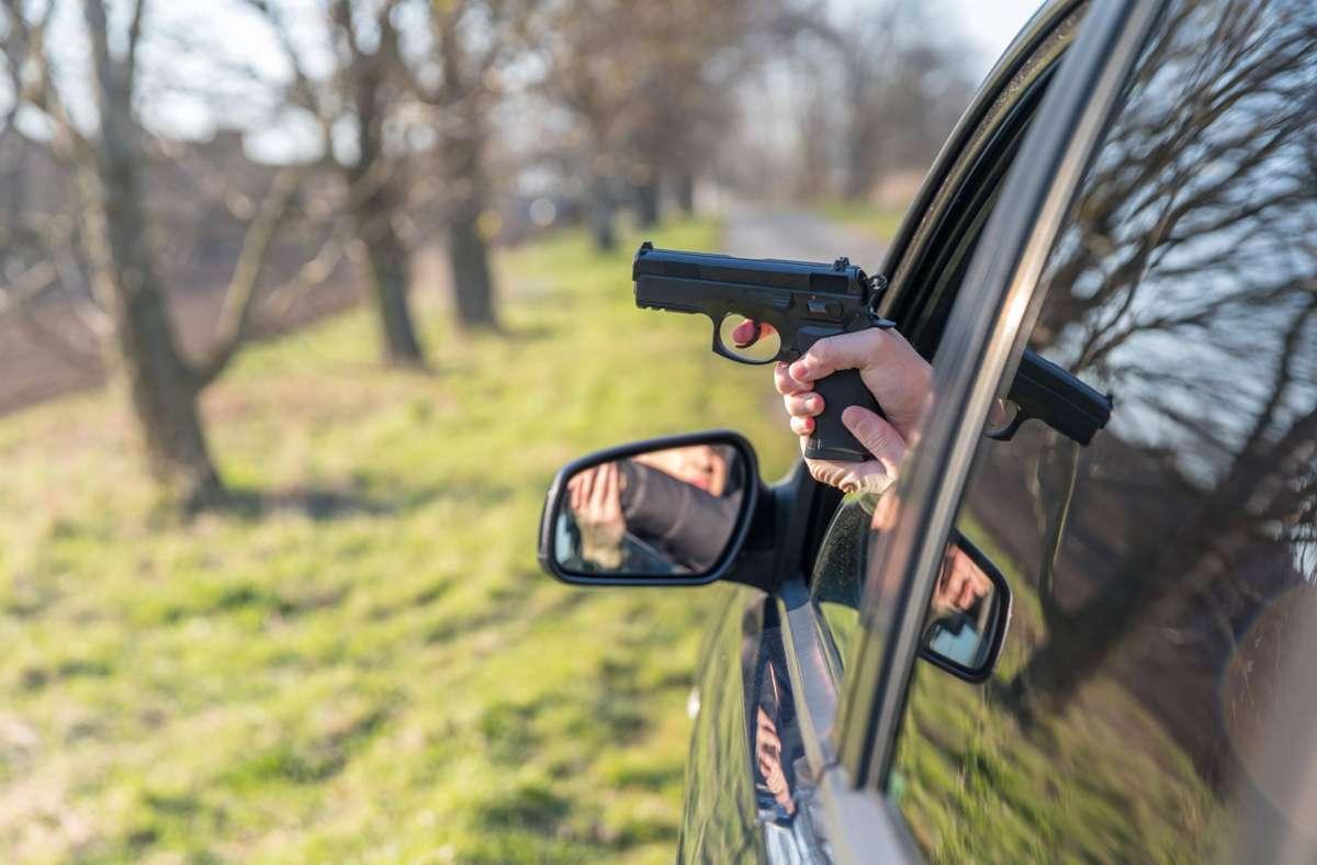 Die Mercedes-Fahrerin soll mit einer Softairwaffe auf eine 23-Jährige gezielt haben. (Symbolbild) Foto: imago images/Panthermedia/Edophoto via www.imago-images.de