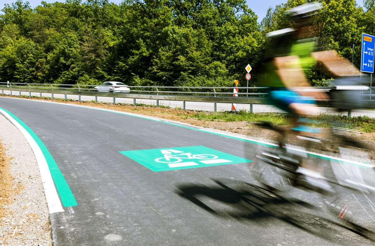 Von Oktober an bekommen die Radler zwischen Bad Cannstatt und Fellbach eine eigene Fahrspur, die zunächst provisorisch markiert wird. Foto: Stefanie Schlecht