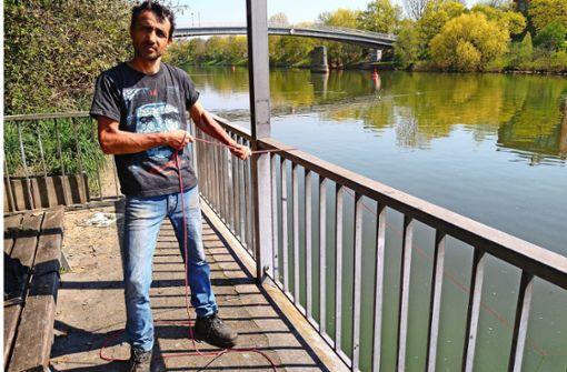 Der etwas andere Neckarfischer findet auch Pistolen