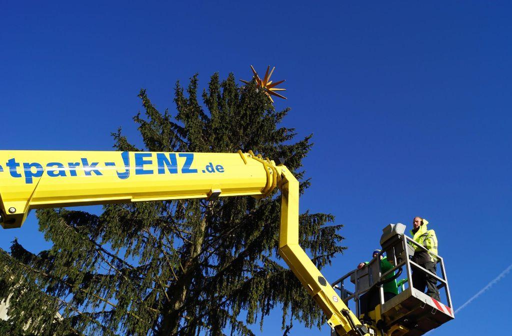 In Stuttgart drohte der Stern vom Weihnachtsbaum zu stürzen. Foto: Andreas Rosar Fotoagentur-Stuttg