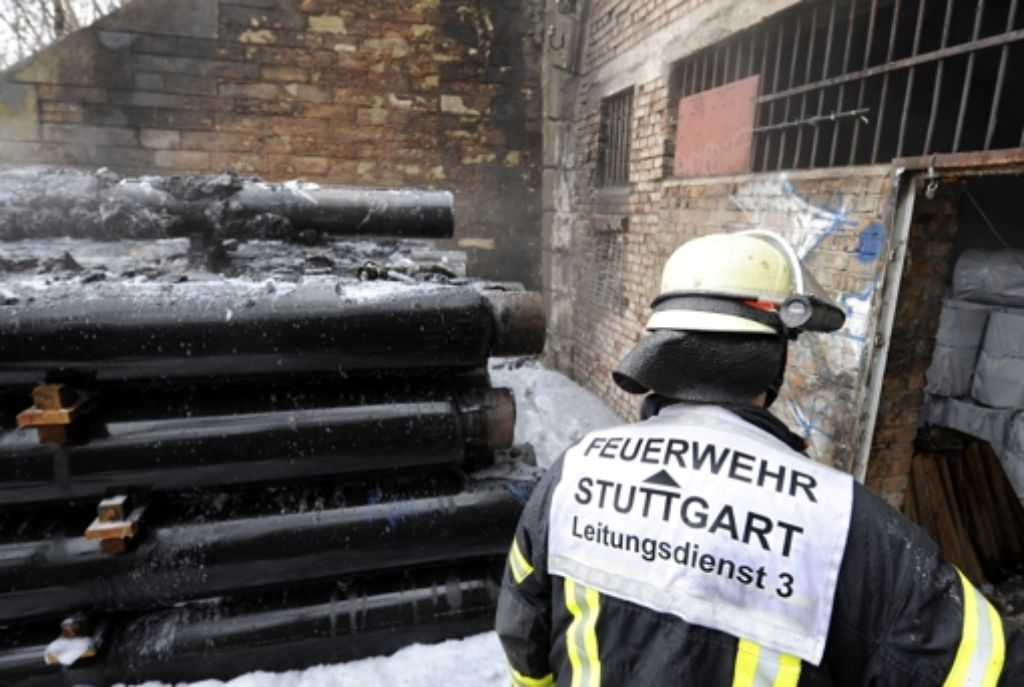 Am Sonntag wurden am alten Rosensteintunnel gelagerte Rohre angezündet Foto: dapd