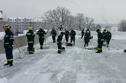 EWS-Arena von Schnee befreit
