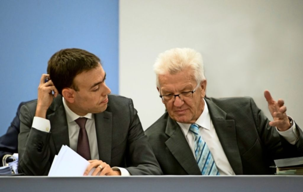 Winfried Kretschmann (rechts) und Nils Schmid sehen große Zufriedenheit mit ihrer Arbeit, dennoch schwindet ihre Mehrheit. Foto: dpa