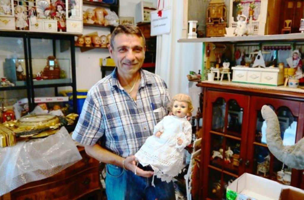 Giuseppe Ricucci macht Puppen heile und verkauft jeden Samstag auf dem Flohmarkt Karlsplatz. Foto: Nina Ayerle