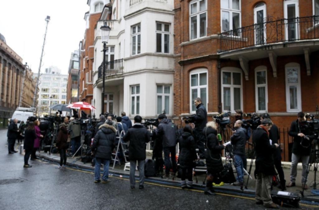 Journalisten und Kamerateams vor der ecuadorianischen Botschaft in London, wo Julian Assange sich aufhält Foto: AP