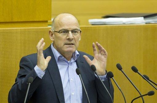 Verkehrsminister Winfried Hermann (Grüne) glaubt, dass es auch bei der alten Antragstrasse des Filderbahnhofs zu mehr Planungskosten kommen würde. Foto: dapd