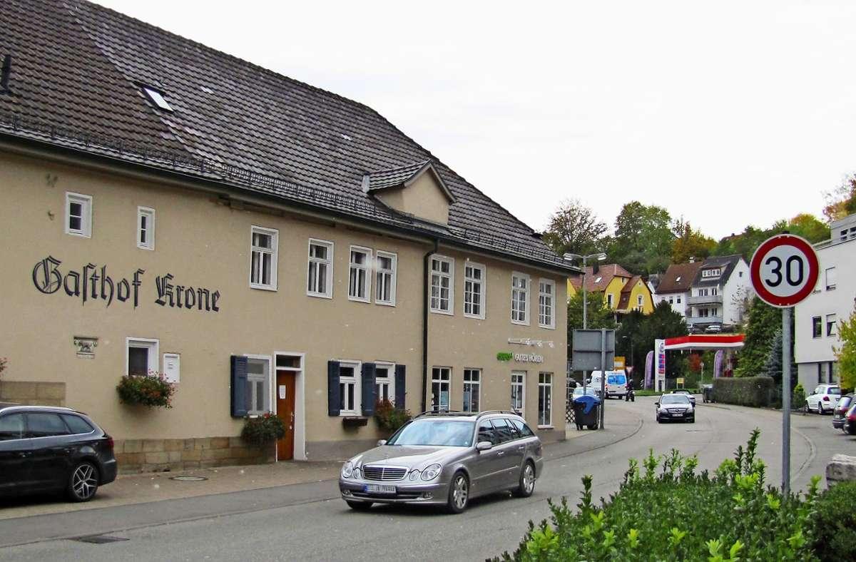 Der Abschnitt der Nürtinger Straße zwischen der Krone Kreuzung und der Esso-Tankstelle  gehört zu den vom Autoverkehr besonders stark frequentierten Strecken. Foto: Claudia Barner