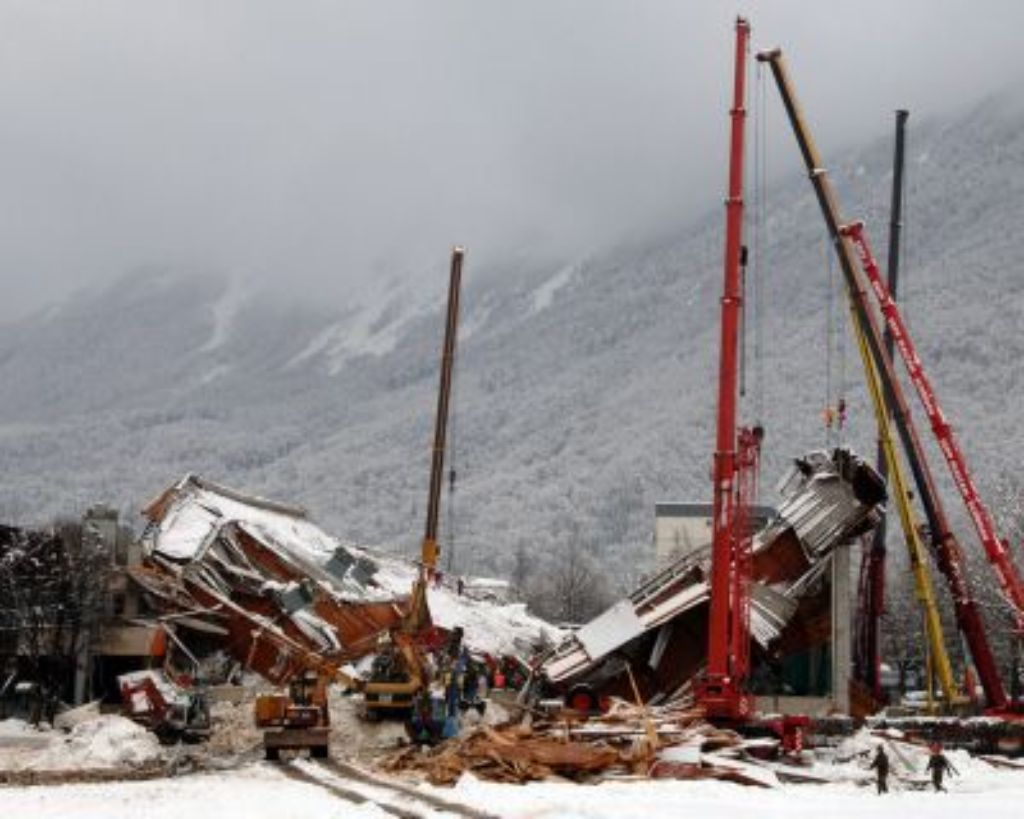 Der Ort der Katastrophe: Die eingestürzte Eishalle am 2. Januar 2006. Foto: dpa