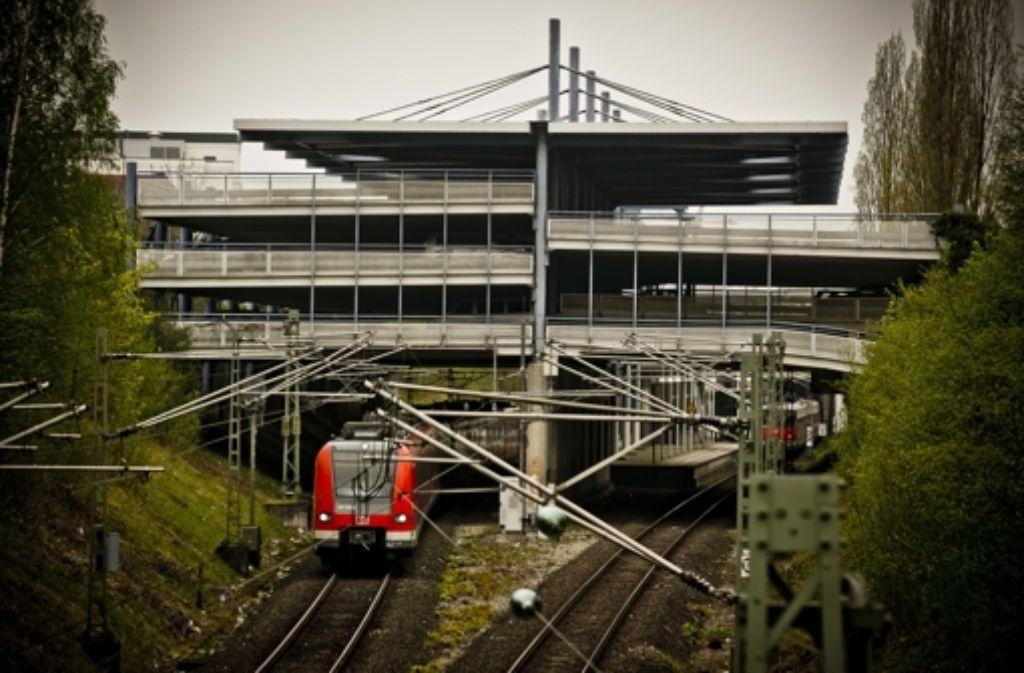 Über die S-Bahngleise in Echterdingen sollen künftig auch Regional- und Fernzüge rollen. Die Schutzgemeinschaft Filder wendet sich gegen diese Pläne. Foto: Leif Piechowski