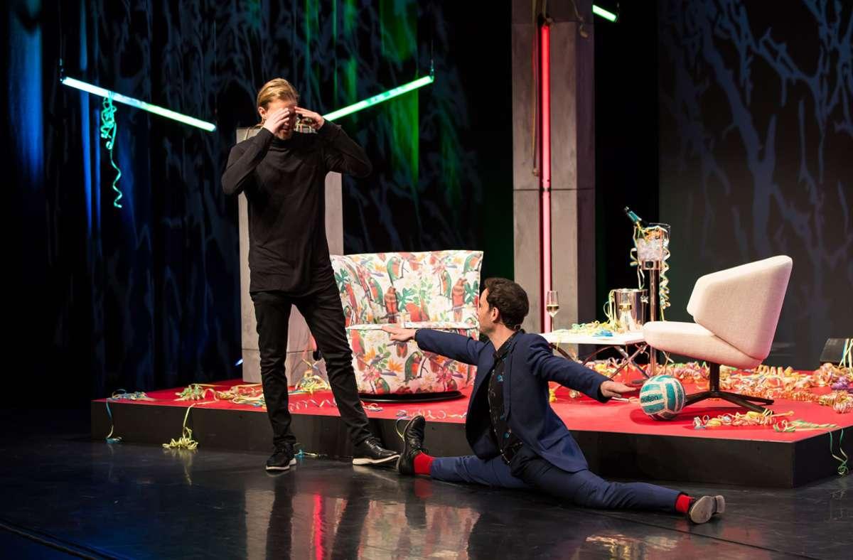 Timo Hildebrand langt sich an den Kopf: Während seiner Late-Night-Show springt  Eric Gauthier plötzlich in den Spagat. Foto: Jeanette Bak