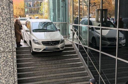 Mercedes fährt Treppe hinunter