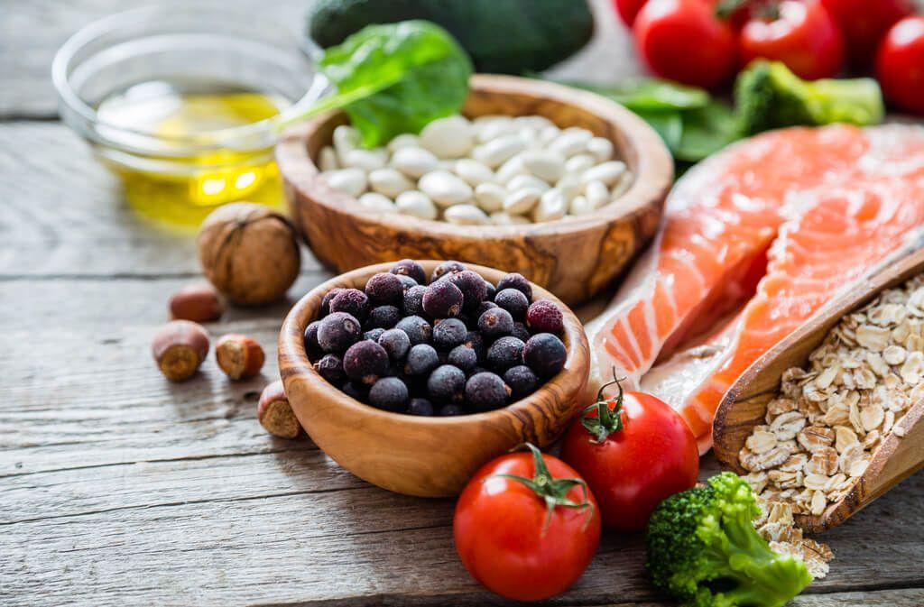 Die wichtigsten Regeln & Tipps für eine gesunde und ausgewogene Ernährung. Erfahren Sie, was Sie im Alltag essen und was Sie meiden sollten. Foto: Oleksandra Naumenko / Shutterstock.com