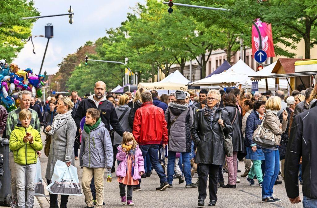 Vorfahrt für sonntägliches Bummeln und Einkaufen: Die Autos müssen einen Bogen um die Wilhelmstraße machen. Foto: factum/Weise