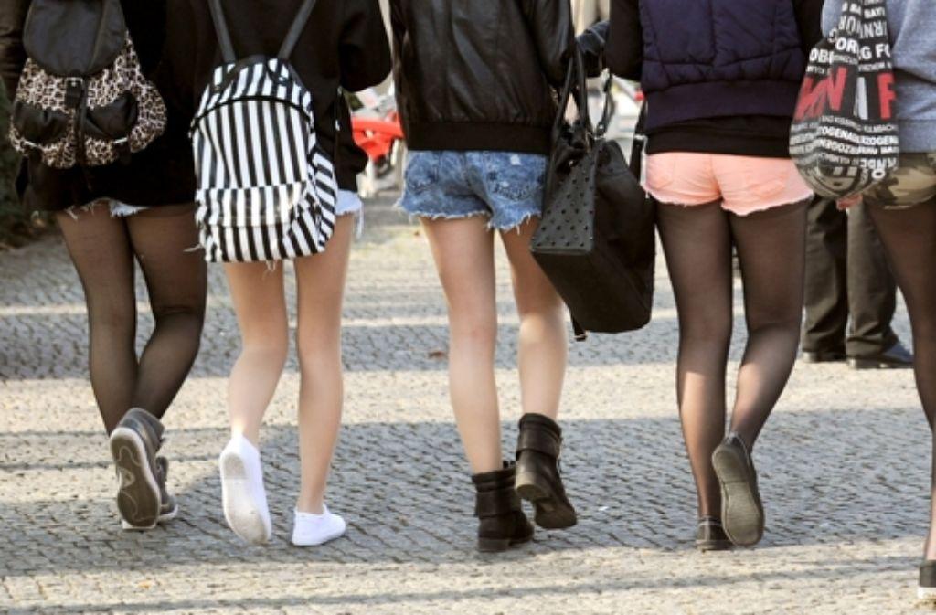 Hotpants sind bei Schülerinnen beliebt, die Jungs dagegen greifen gern zur Jogginghose. Einige Schulen, auch in Baden-Württemberg, wollen das  in den Klassenzimmern und auf Schulhöfen nicht länger dulden. Foto: dpa