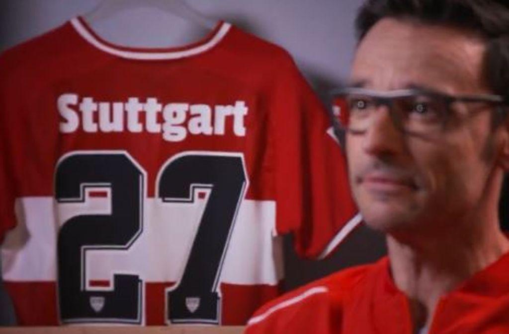 Rotes Trikot, weißer, umlaufender Brustring, schwarze Rückennummer. Das ist die Rückansicht des neuen Auswärtstrikots. Foto: Screenshot Twitter/VfB