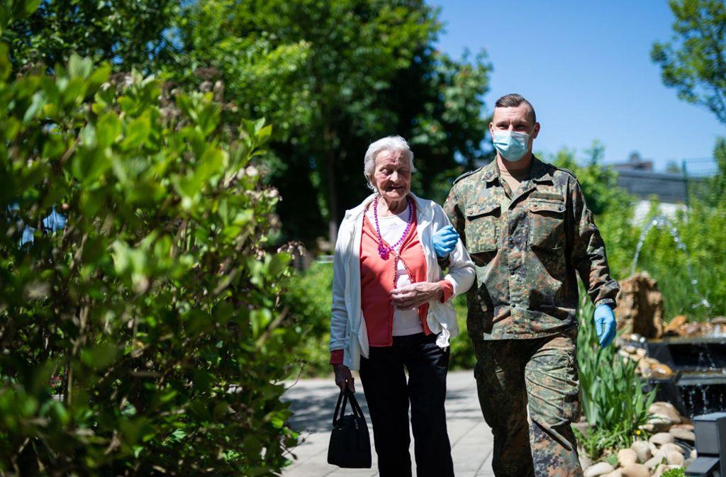 In vielen Pflegeheimen helfen Soldaten aus, weil Pflegekräfte ausgefallen sind. Unser Bild zeigt den Garten eines Heims  in Solingen bei Düsseldorf. Foto: dpa/Jonas Güttler