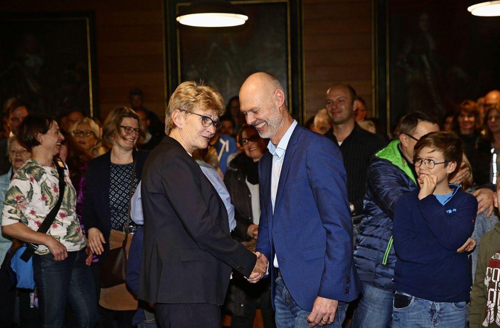 Generationswechsel im Kirchheimer Rathaus: Angelika Matt-Heidecker gratuliert Pascal Bader zu dessen Wahlsieg. Foto: /Horst Rudel