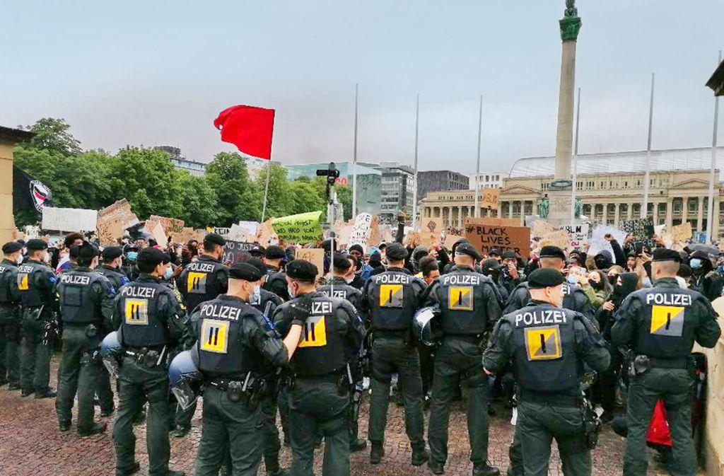 Nachdem sich ein Demonstrationszug Richtung Schlossplatz in Bewegung gesetzt hatte, kam es laut Polizei auch zu unschönen Szenen. Foto: Andreas Rosar//Fotoagentur-Stuttgart