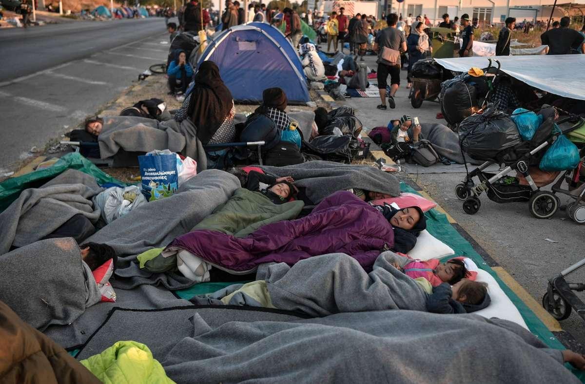 Vielen Flüchtlingen bleibt nichts anderes übrig, als unter freiem Himmel zu schlafen. Foto: AFP/LOUISA GOULIAMAKI
