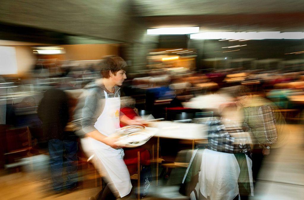 Die Helferinnen und Helfer der Vesperkirchen haben alle Hände voll zu tun, die Gäste schnell und freundlich zu bedienen. Foto: Horst Rudel