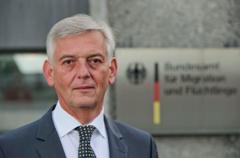 Das Bundesamt für Migration und Flüchtlinge steht derzeit im Fokus der Flüchtlingsdebatte. Ausgerechnet jetzt verliert es seinen Chef: Manfred Schmidt. Foto: dpa