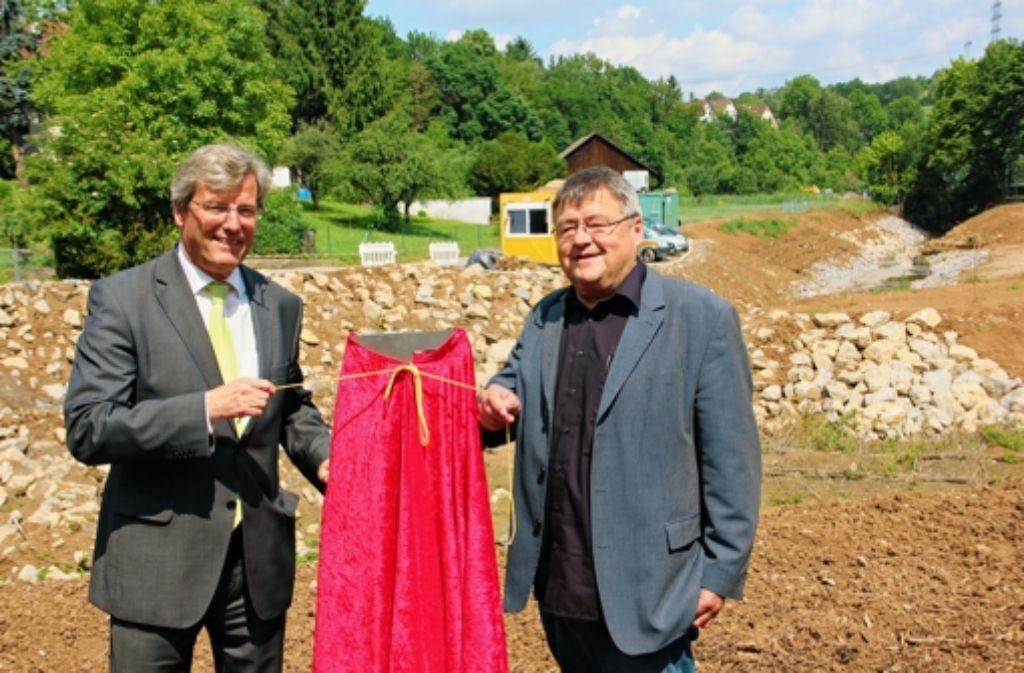 Regionalpräsident Thomas Bopp (l.) und Baubürgermeister Matthias Hahn enthüllen anlässlich der Renaturierung des sechsten Bachabschnitts eine Stehle. Foto: Bernd Zeyer